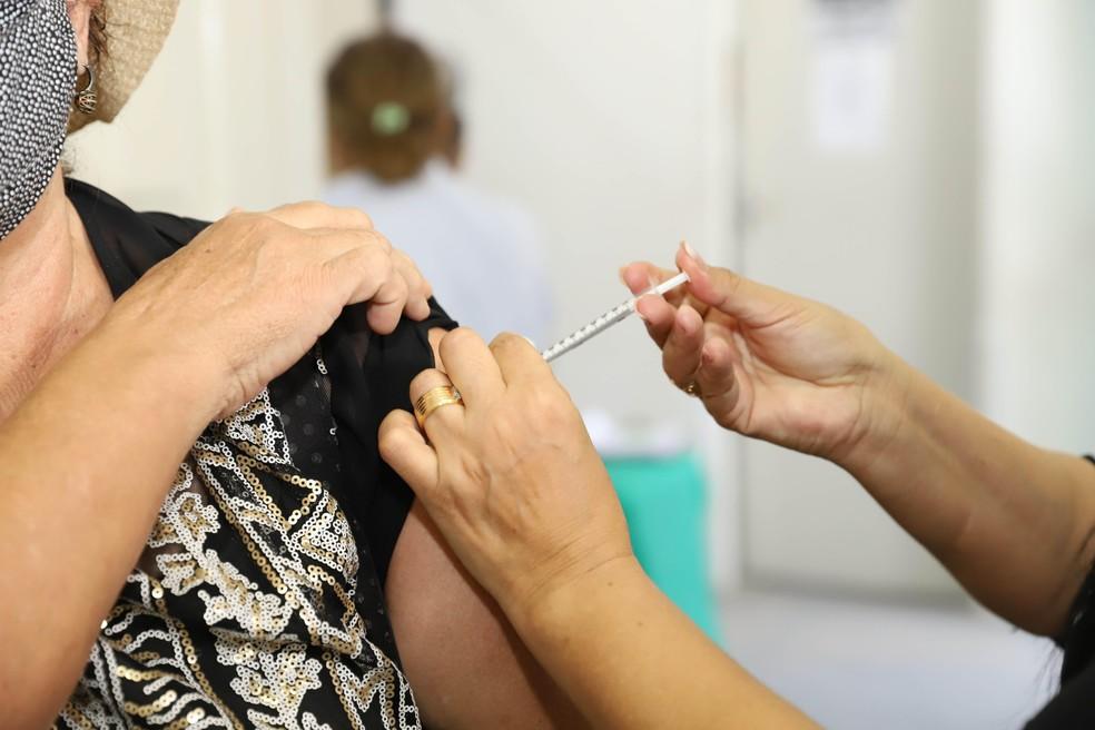 Cabedelo inicia aplicação da terceira dose de vacina da Covid em idosos acima de 65 anos