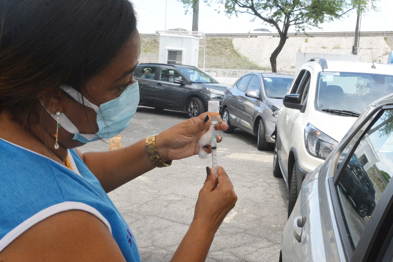 Prefeitura vacina idosos a partir de 85 anos e aplica 2ª dose em trabalhadores de saúde